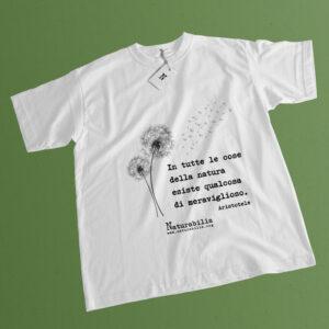 T-shirt bianca 100% cotone con aforisma Aristotele.